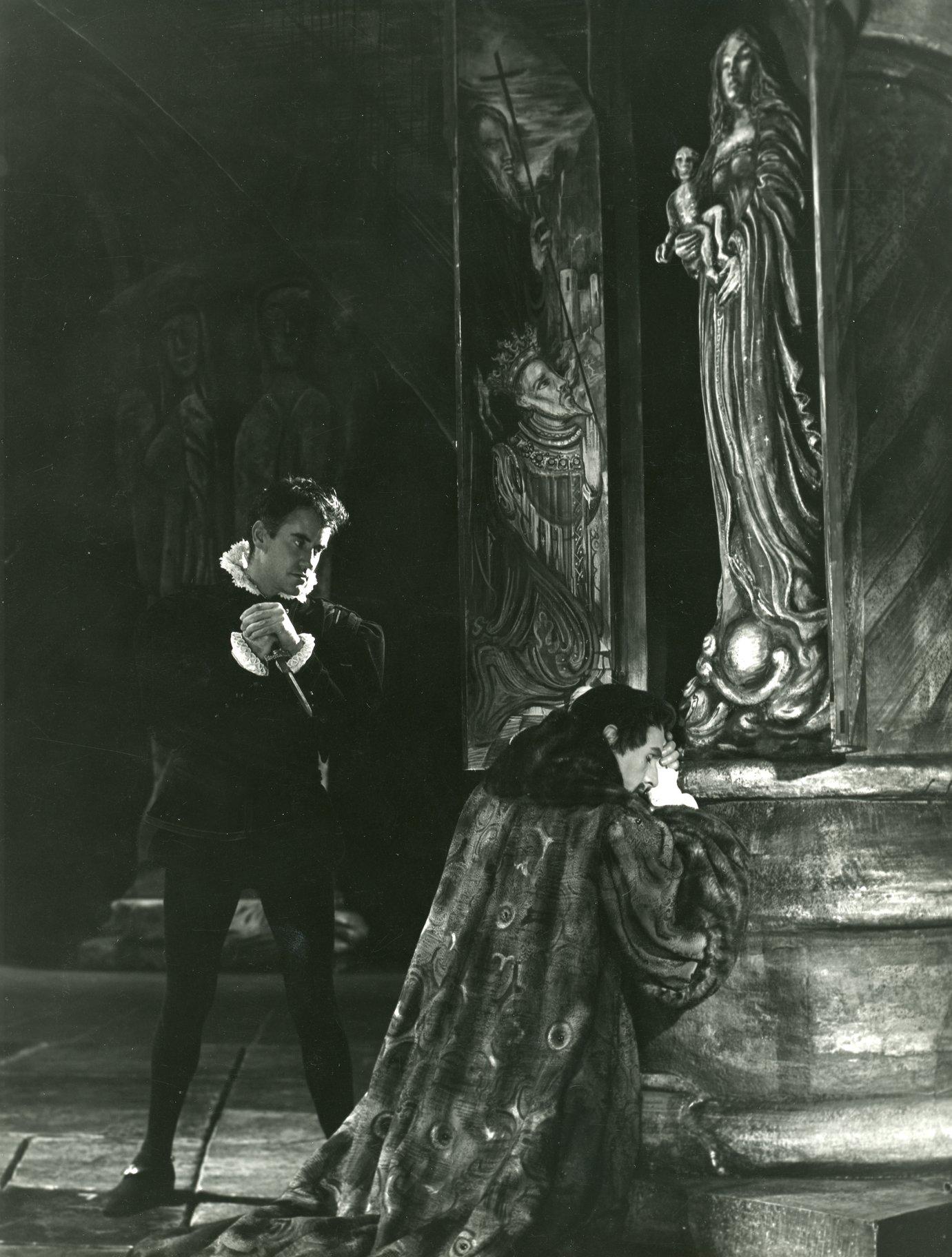 Hamlet considers killing Claudius
