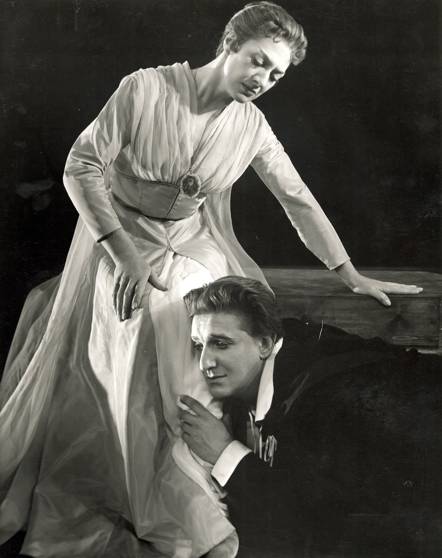 Hamlet and Gertrude in the 1956 production of Hamlet.