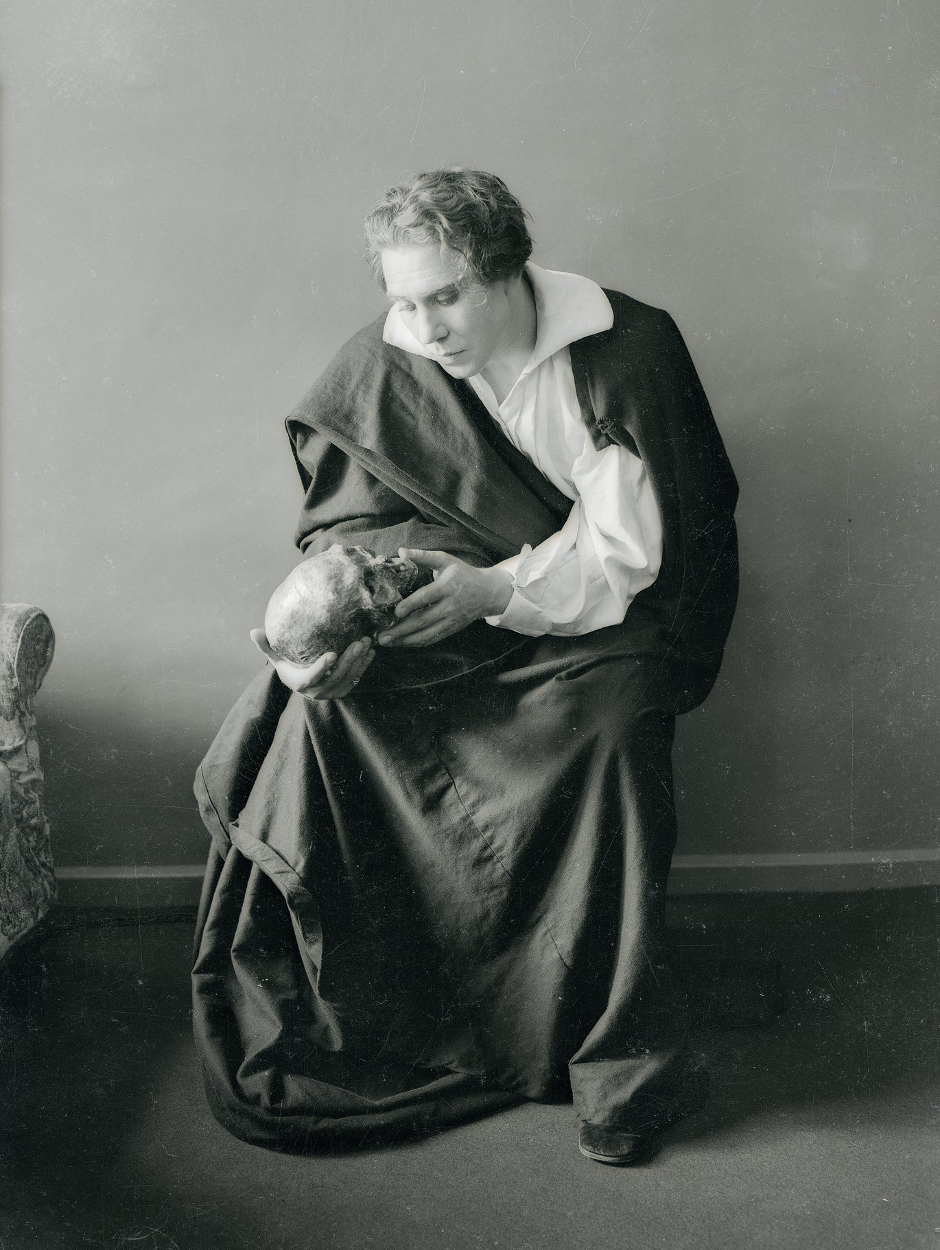 Donald Wolfit as Hamlet, holding a skull.