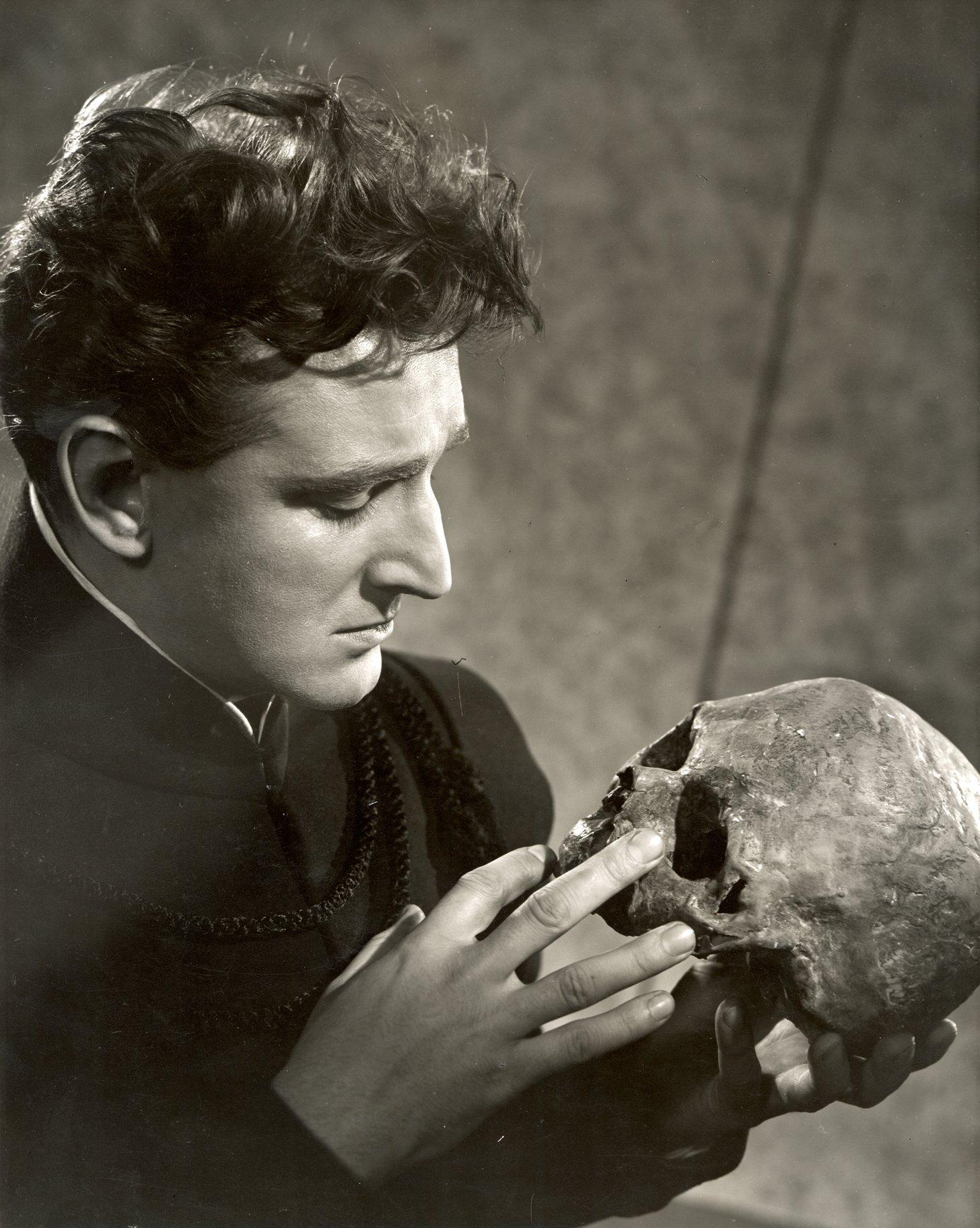 Alan Badel as Hamlet, looking at a skull.