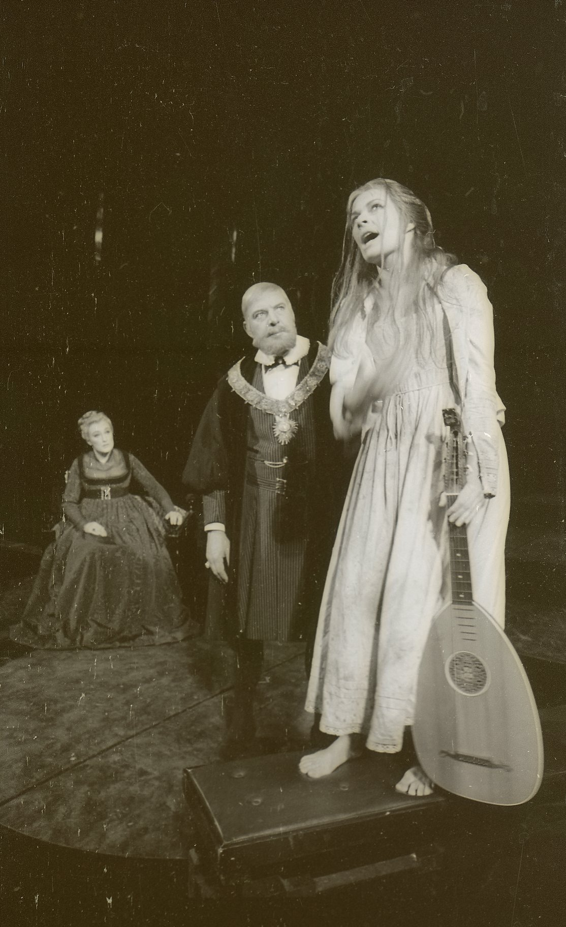 The mad Ophelia comes singing to Gertrude and Claudius.