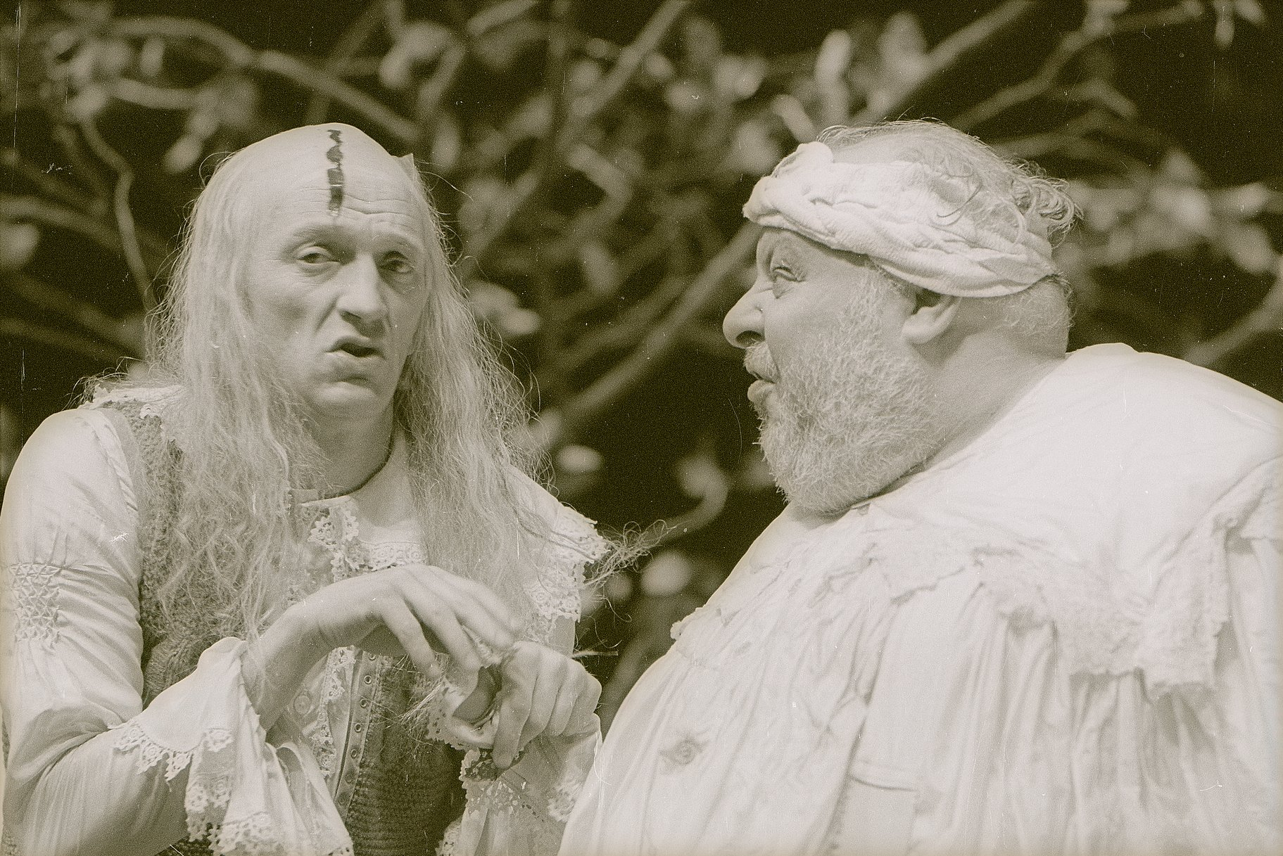 Sir Andrew (left) and Sir Toby (right) in conversation
