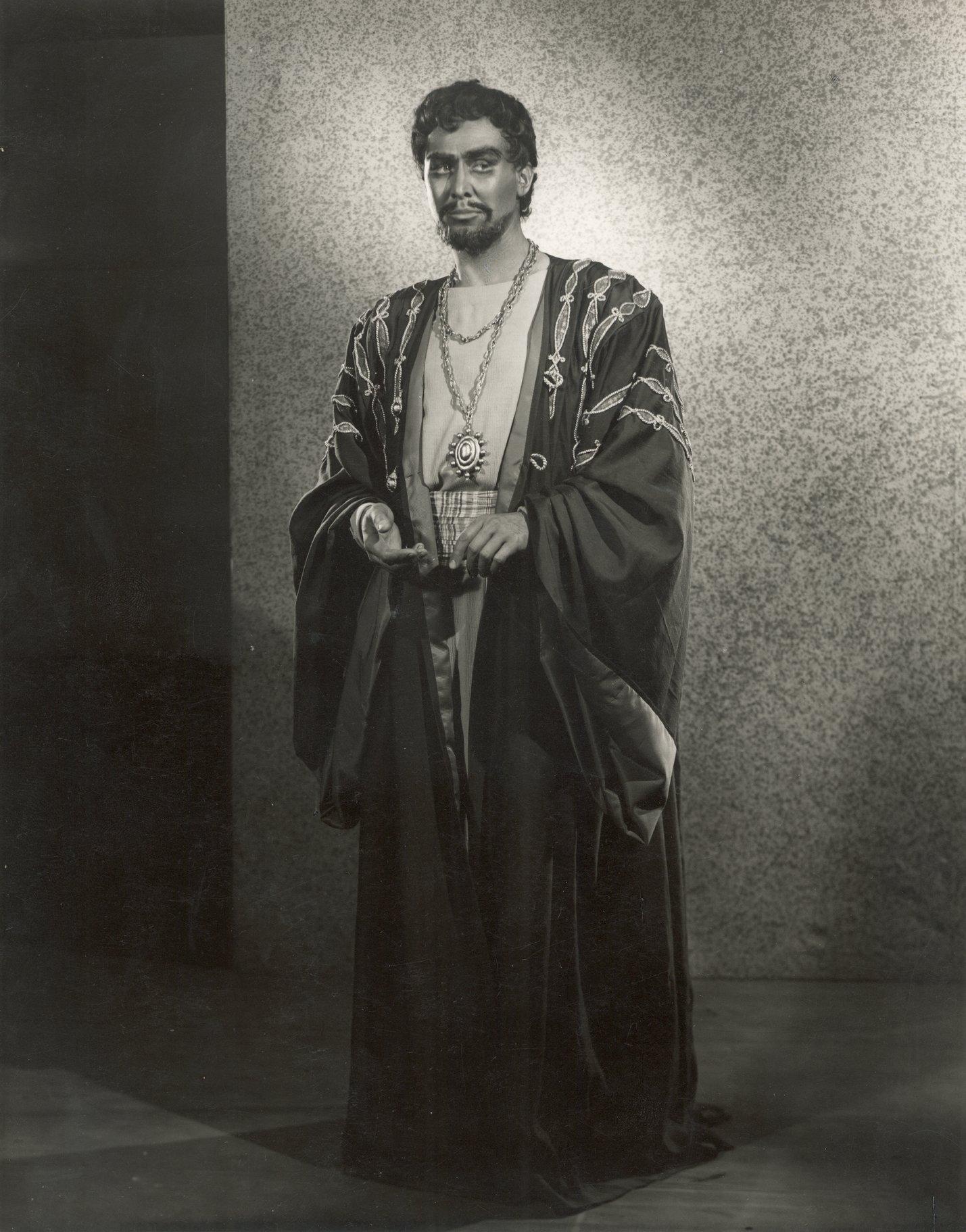 Anthony Quayle as Othello.