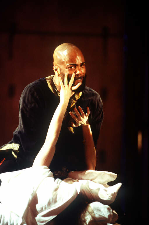 Othello_ 1999_ Othello kills Desdemona._Donald Cooper_69472