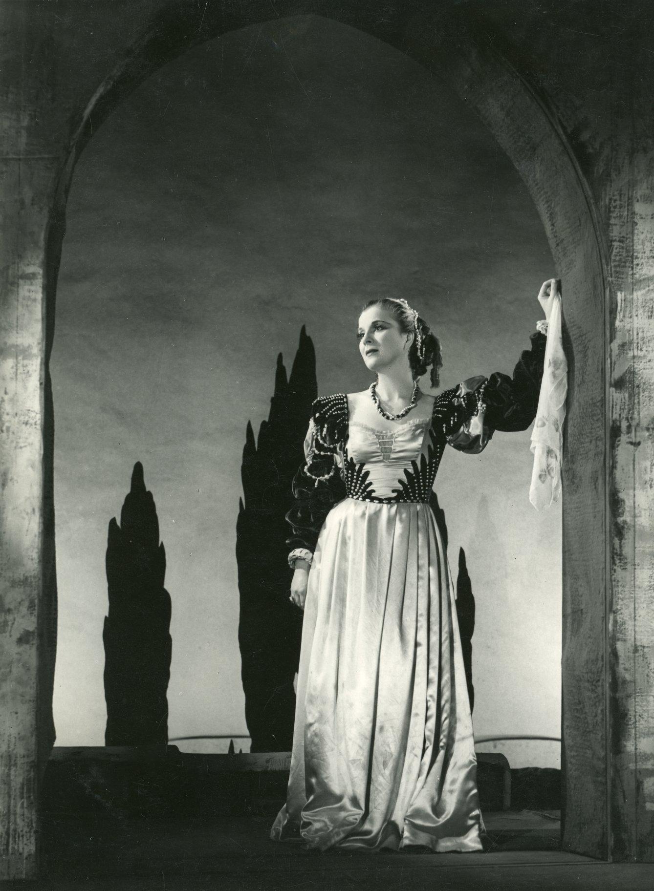 Diana Wynyard as Desdemona.