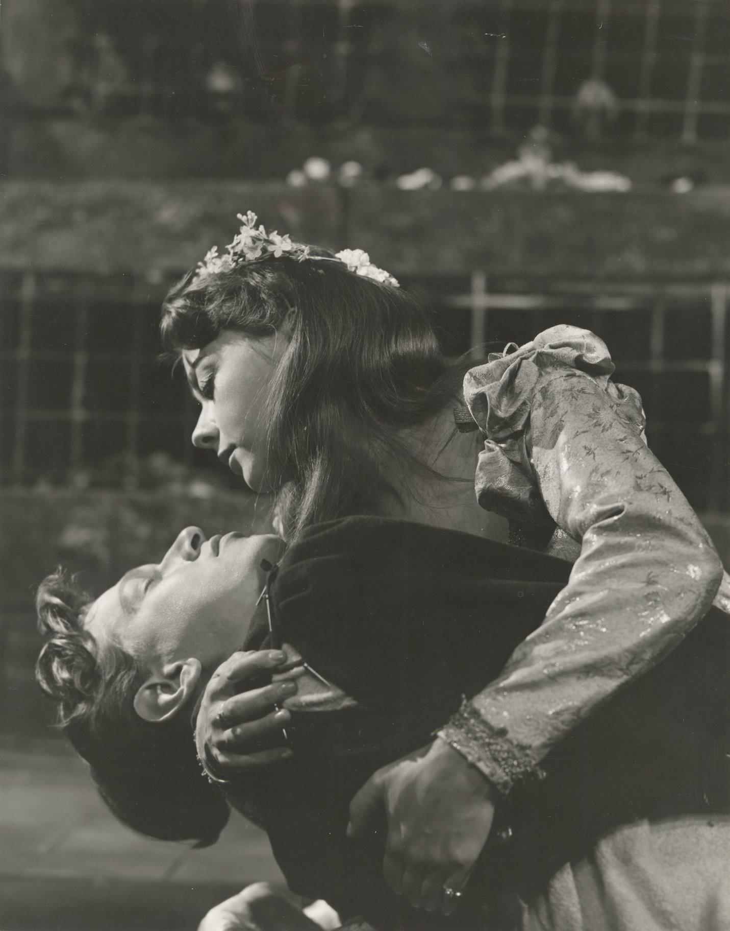 Juliet cradles the dead Romeo.