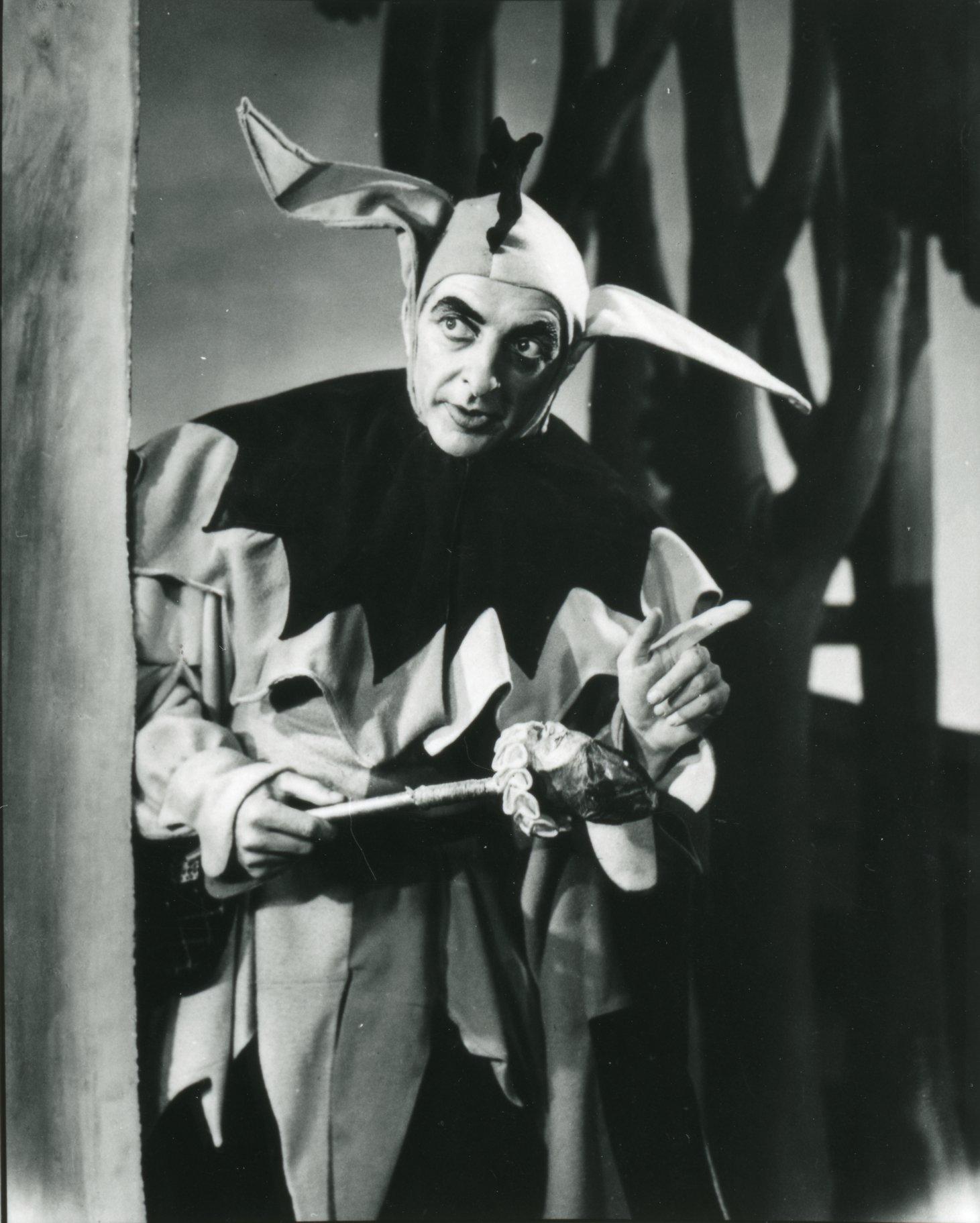 Hugh Griffith as Touchstone.