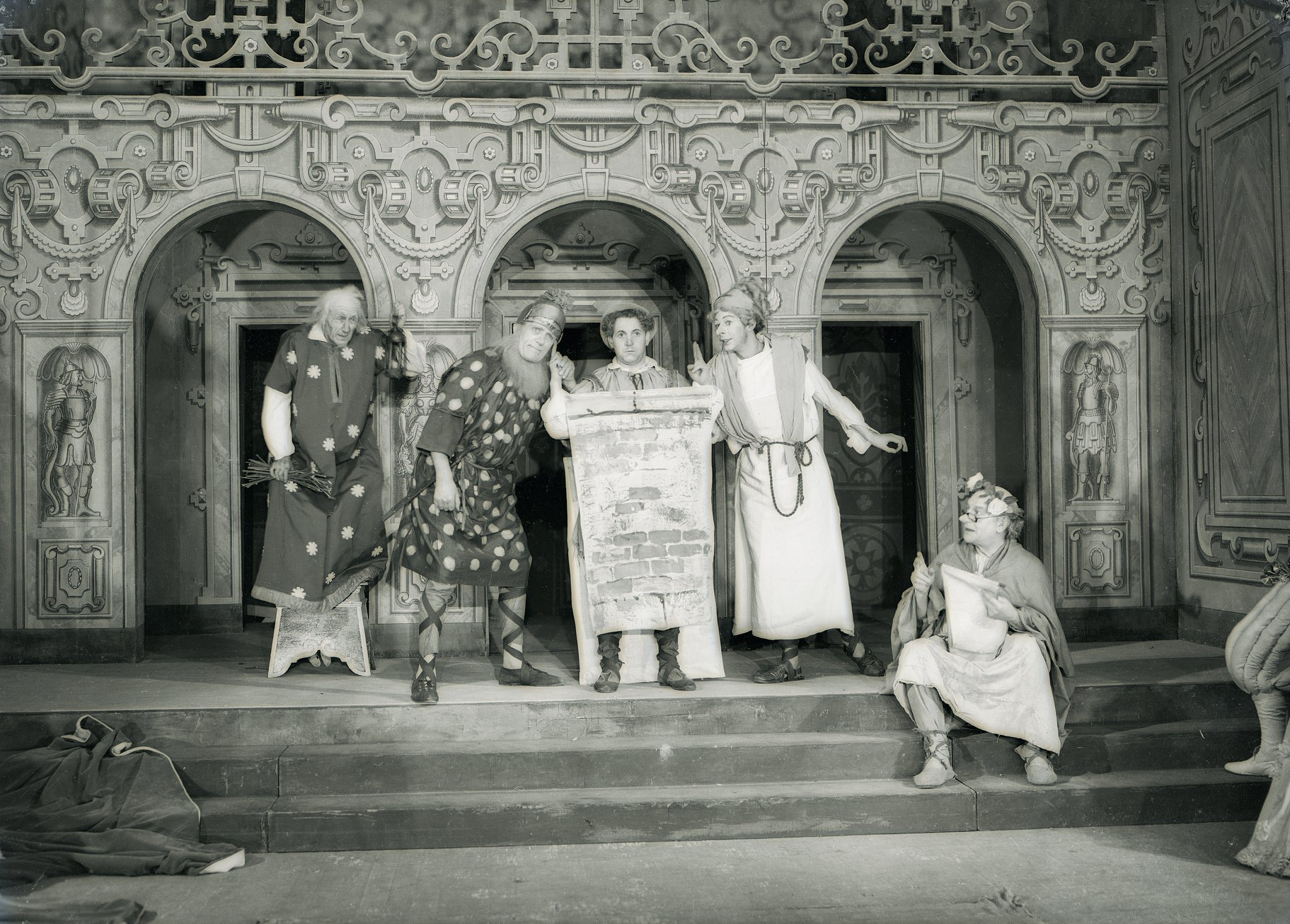 A Midsummer Night_s Dream_ 1937_ Pyramus and Thisbe talk through the wall_1937_Photo by Ernest Daniels _c_ RSC_53716