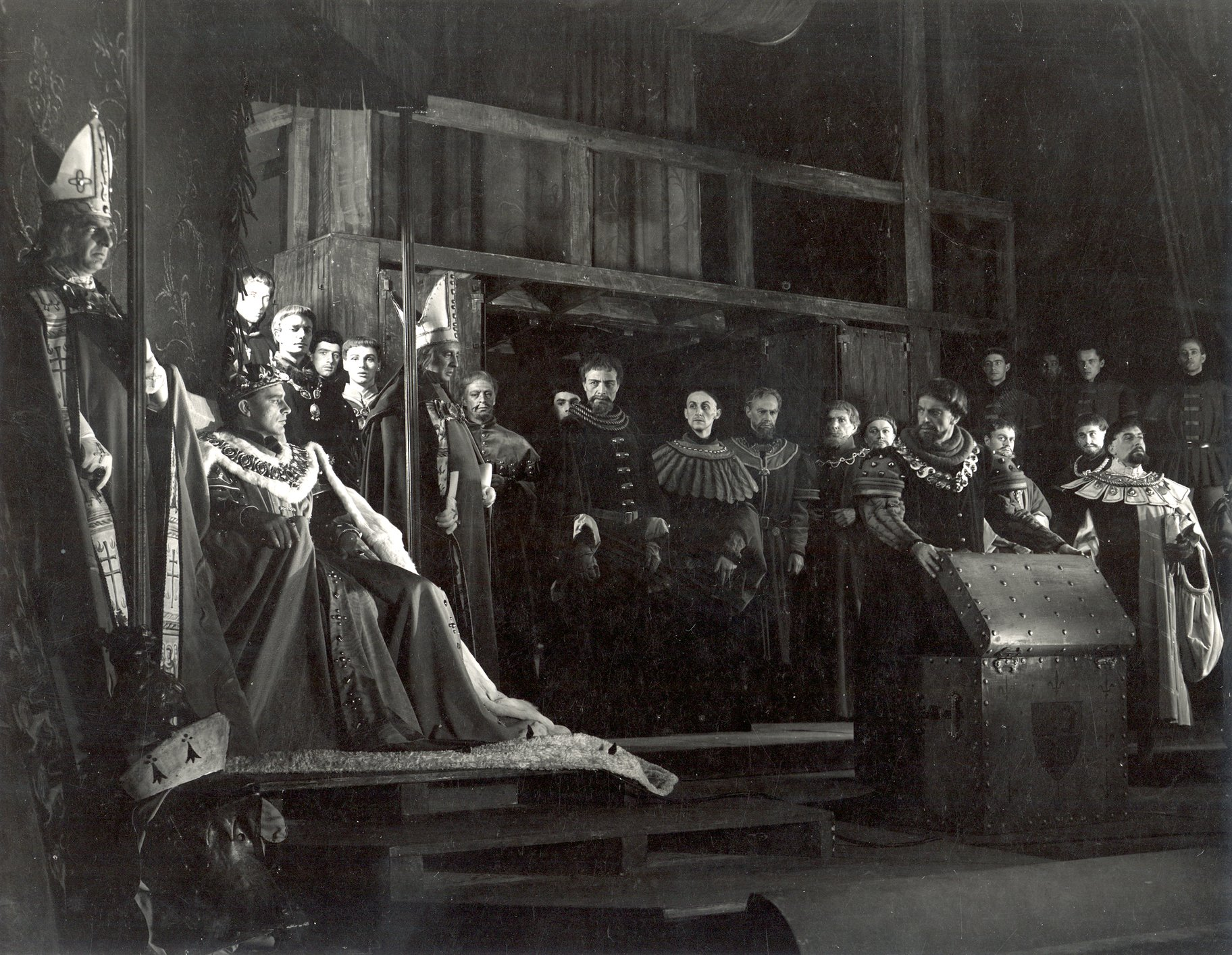 Henry V_ 1951_ The Dauphin_s gift_1951_Photo by Angus McBean _c_ RSC_120650