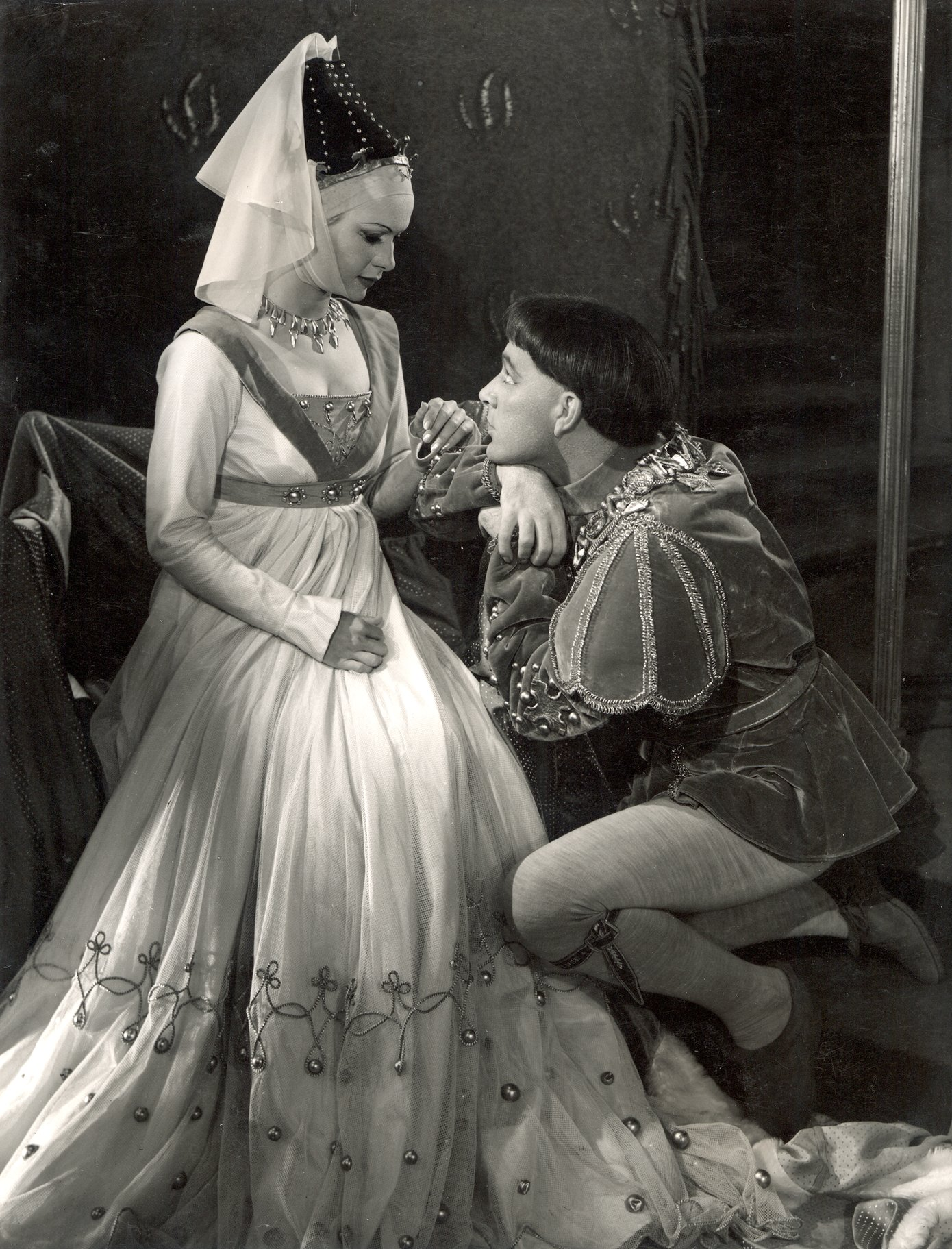 Henry V_ 1951_ Henry woos Katherine_1951_Photo by Angus McBean _c_ RSC_120340