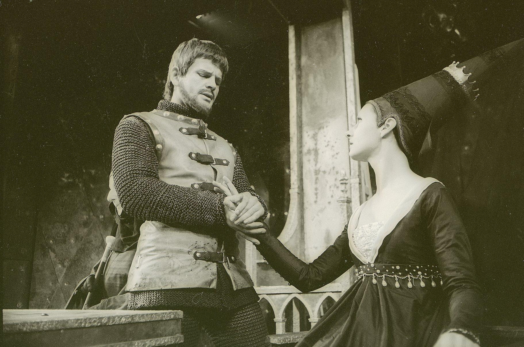 Henry V_ 1964_ Henry woos Katherine_1964_Photo by Reg Wilson _c_ RSC_55775