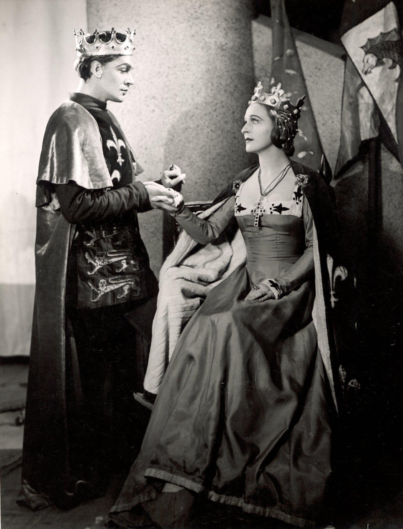 Henry V_ 1946_ Henry V woos Katherine_1946_Photo by Angus McBean _c_ RSC_119975