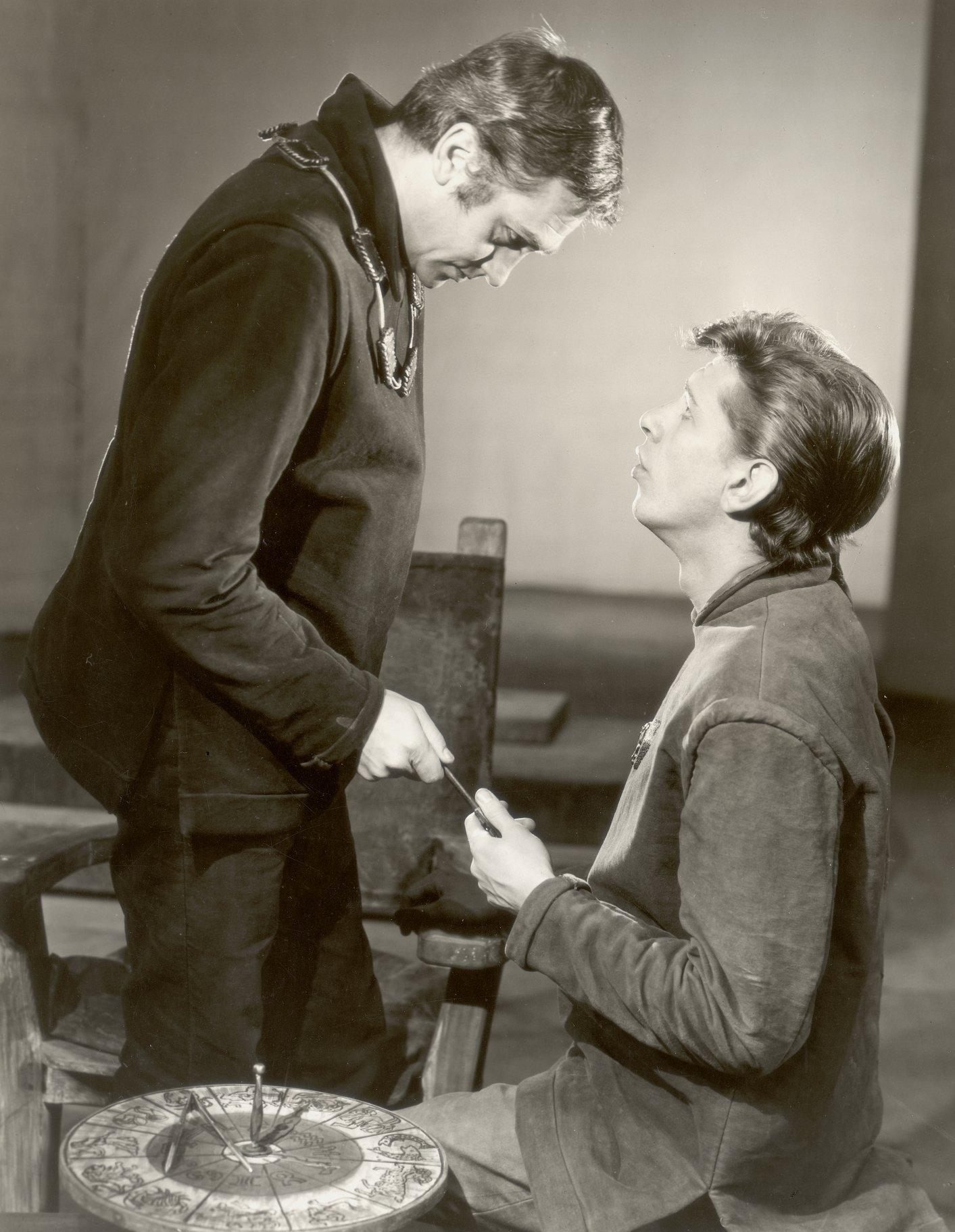 Edmund tells Edgar to flee.
