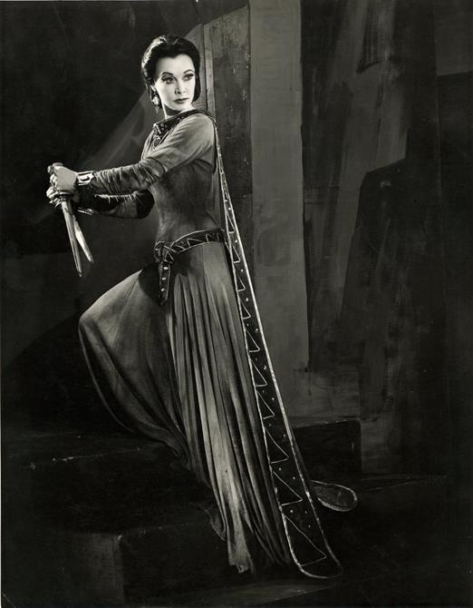 Vivien Leigh as Lady Macbeth grasps the bloodied daggers