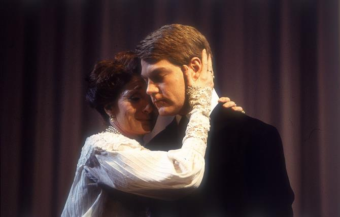 Hamlet, 1992, directed by Adrian Noble. Kenneth Branagh as Hamlet with Jane Lapotaire as Gertrude.
