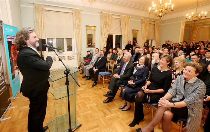 Gregory Doran talking to an audience at the British Ambassador's Residence in Beijing