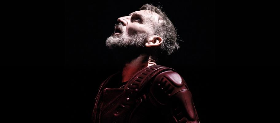 Christopher Eccleston as Macbeth in armour, looking upwards