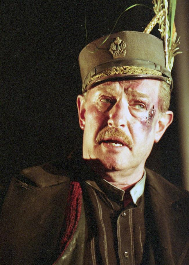 Corin Redgrave as Lear with grazed right cheek wearing a military hat
