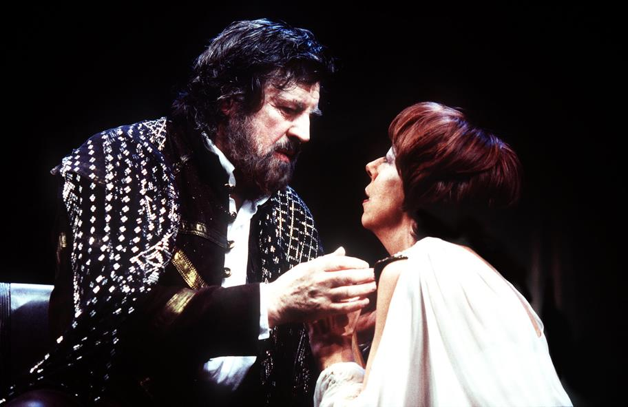 Alan Bates as Mark Antony and Frances De La Tour as Cleopatra, Antony in dark military clothes holding Cleopatra, who is in a white robe