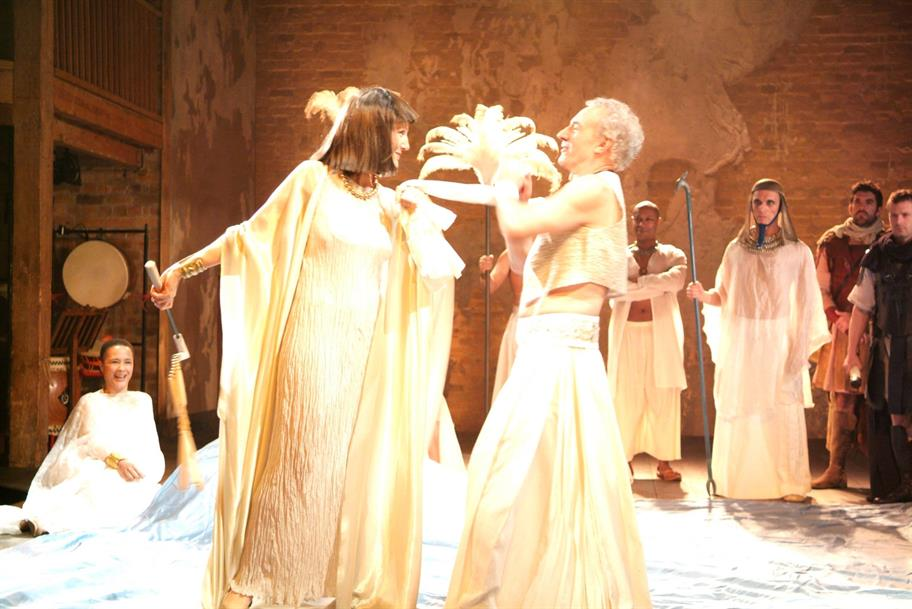 Patrick Stewart as Mark Antony and Harriet Walter as Cleopatra, surrounded by guards and maids.