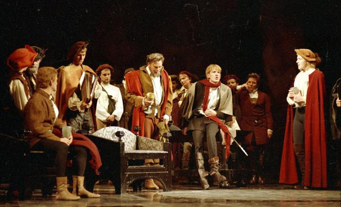 Hamlet (David Warner) welcomes a band of travelling actors to the court and provides them with drinks