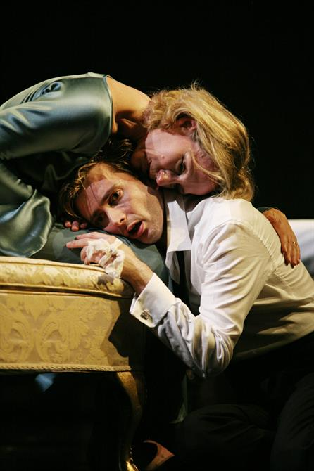 Penny Downey as Gertrude and David Tennant as Hamlet in Gregory Doran's 2008 production of Hamlet