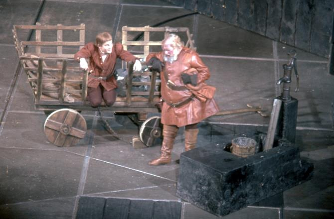 Prince Hal (ian Holm) chats at the tavern with Falstaff (Hugh Griffith) in Henry IV part 1 1964