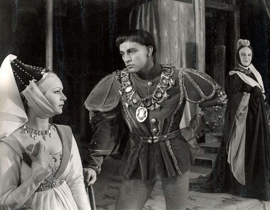 Henry (Richard Burton) tries to woo Katherine (Hazel Penwarden).