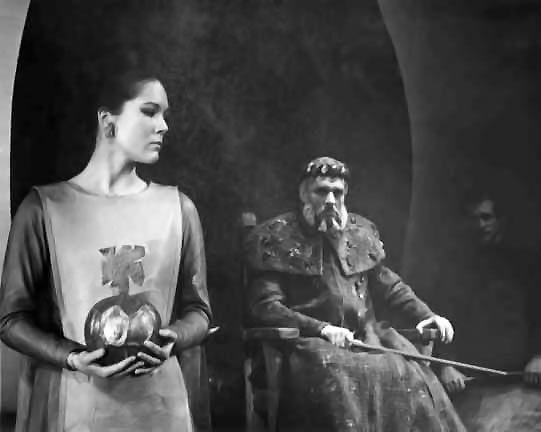 Cordelia (Diana Rigg) refuses to offer all her love to King Lear (Paul Scofield).