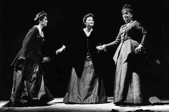 Regan (Jenny Quayle), Cordelia (Abigail McKern) and Goneril (Janet Dale)