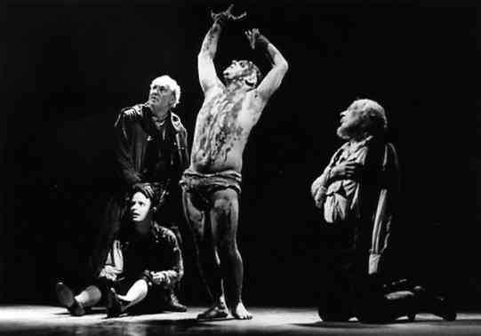Edgar (Simon Russell Beale) disguised as Poor Tom gives Lear (Robert Stephens, right) a warning. To the left stand the Fool (Ian Hughes) and Gloucester (David Bradley)