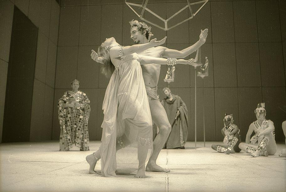 Pericles_1969_Pericles_and_Thaisa_Scene_7._Reg_Wilson_c_RSC_041.o_1671_c76