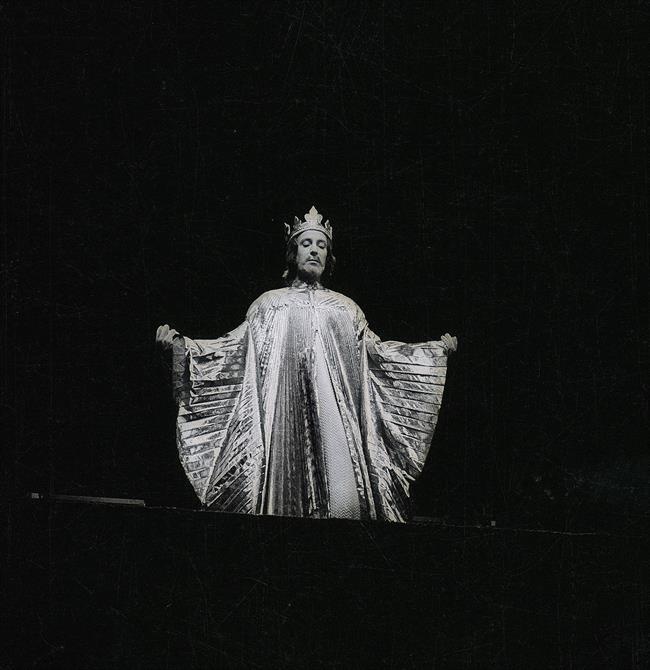 Ian Richardson as Richard in Act 3, Scene 1, dressed in a golden, sun-like cape