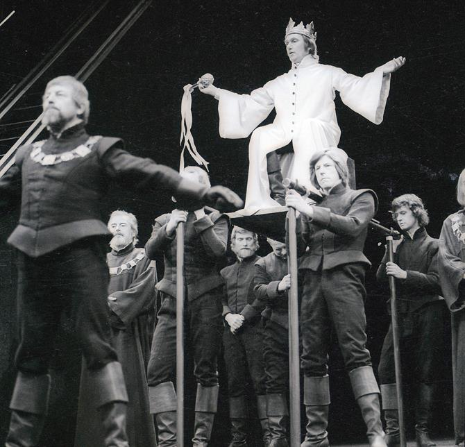 Richard Pasco as Richard II is carried upstage on a litter in John Barton's 1973 production