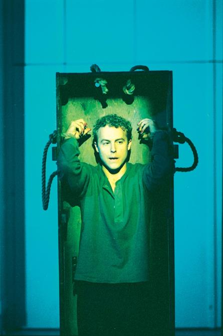 Samuel West as Richard II in Steven Pimlott's 2000 production, tied with rope to an upright table