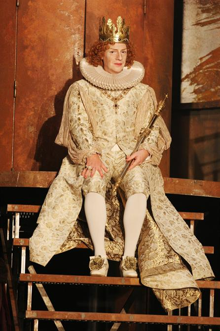 Jonathan Slinger as Richard II in an elaborate gold outfit and crown, carrying a sceptre