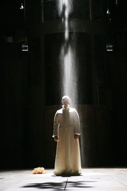 Richard II under the shower of dust in Act 5, Scene 1