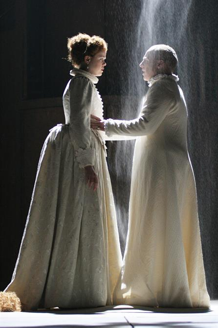 Richard and the Queen saying farewell in Act 5 Scene 1