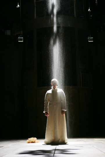 Richard II (Jonathan Slinger) under the shower of dust in Act 5, Scene 1 of Michael Boyd's 2007 production