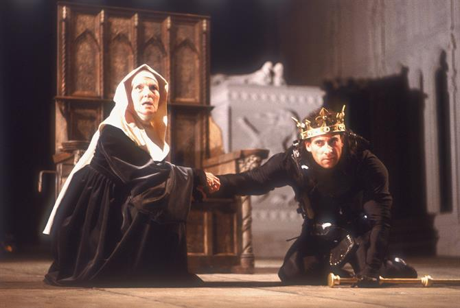The Duchess of York (Yvonne Coulette) holds the hand of Richard III (Antony Sher), who is kneeling on the floor