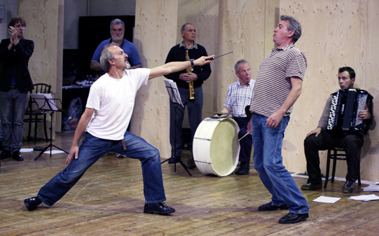 Christopher Hunter (Lord Capulet) and Mark Ross (Lord Montague) rehearse a knife fight.