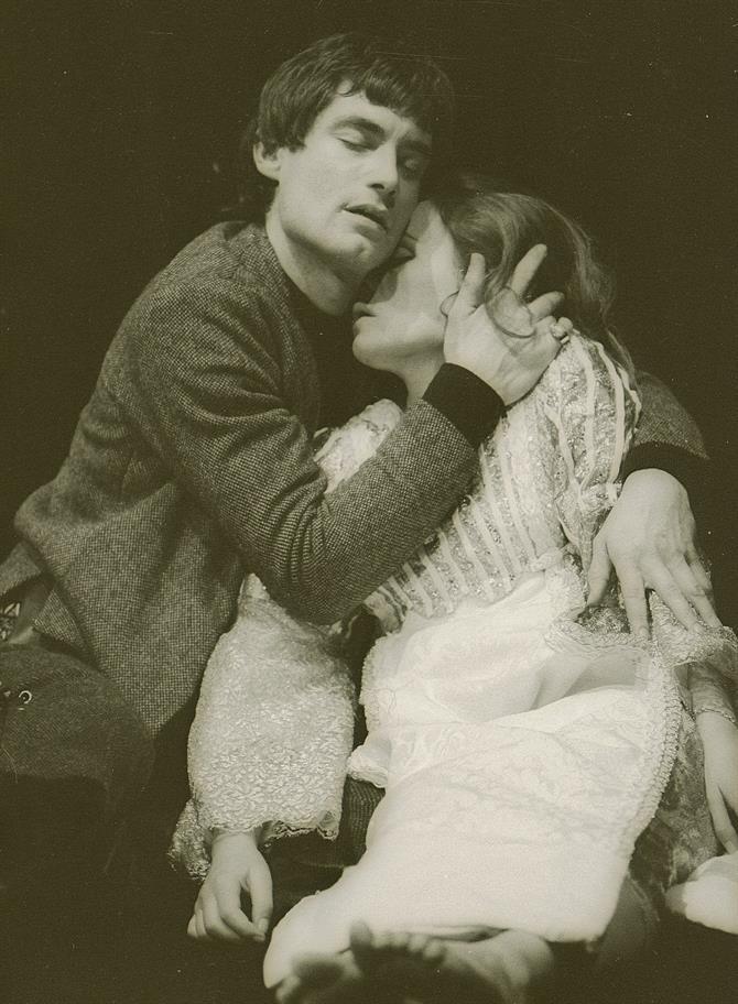 Romeo_and_Juliet_1973_Romeo_lovingly_cradles_Juliet_believing_her_to_be_dead_Act_5_Scene_3._Reg_Wilson_c_RSC_142.o_2607_24a