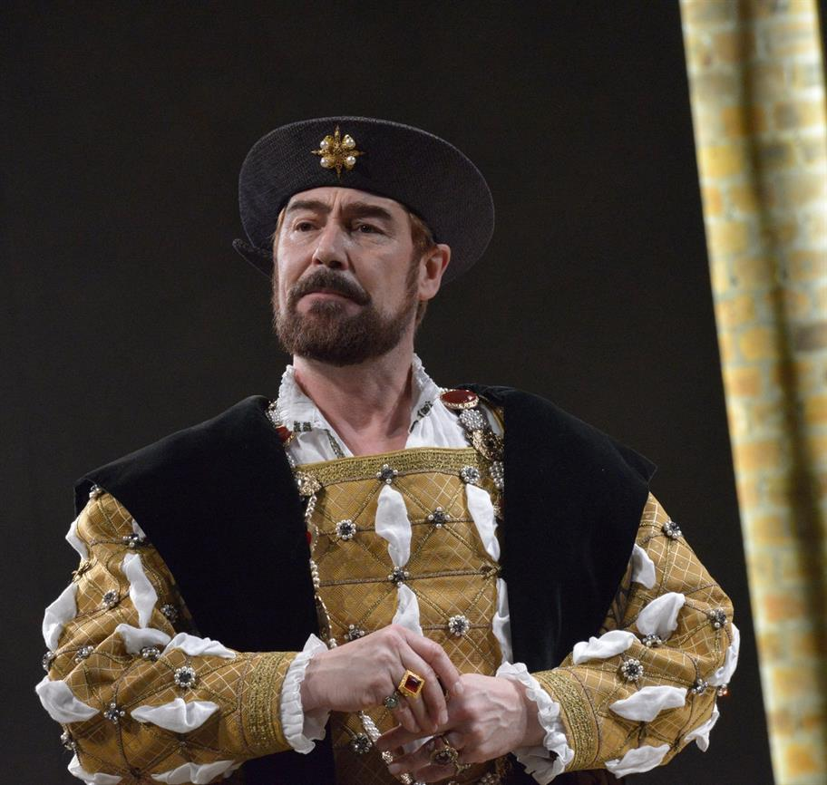Nathaniel Parker as Henry VIII in a gold Tudor outfit and a black hat