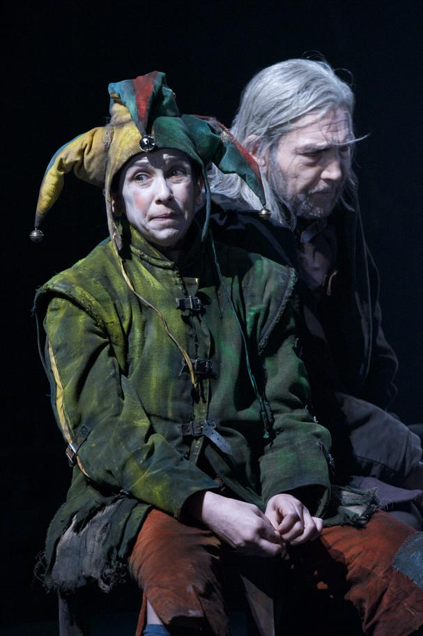 Production image of The Fool (Kathryn Hunter) and Greg Hicks (Lear)