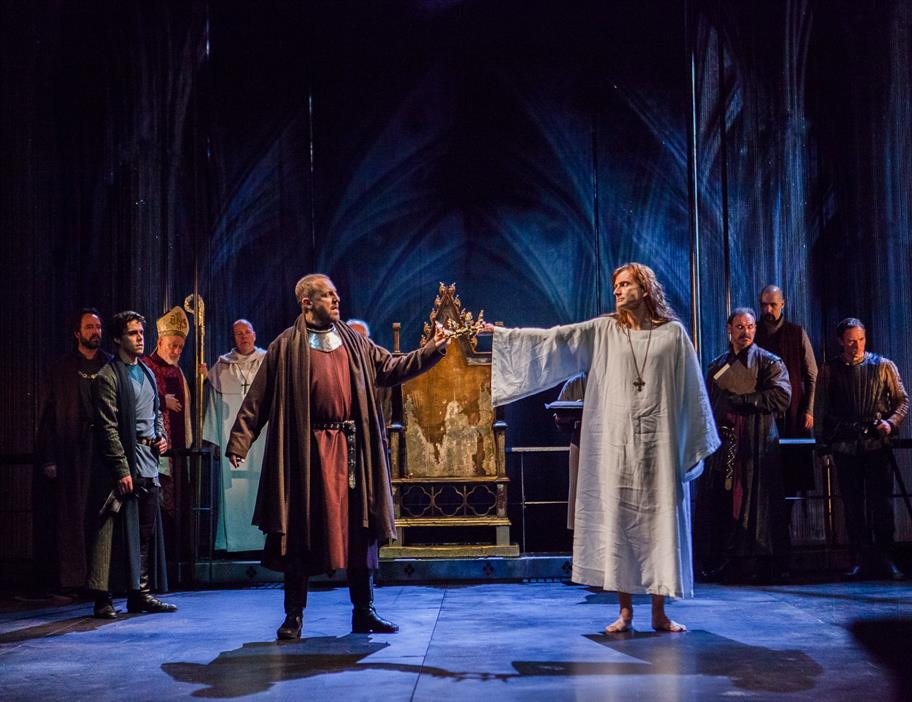 Richard II (David Tennant) is deposed by Bolingbroke (Nigel Lindsay) and is forced to resign his crown in the 2013 production