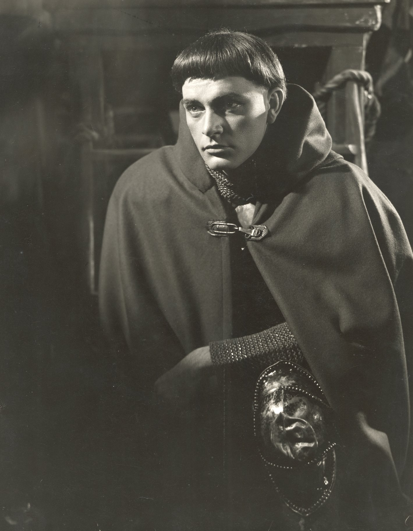 Richard Burton as Henry in disguise, hunched down and wearing a dark cloak, in the 1951 production of Henry V